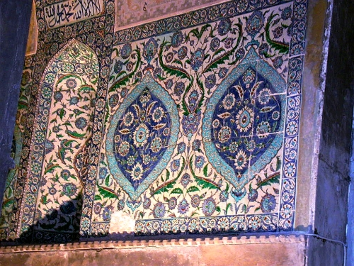 Dipinti floreali su piastrelle nel post paleolitico